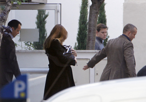 "France's First lady Carla Bruni-Sarkozy leaves with her daughter Giulia, La Muette maternity clinic in Paris on October 23, 2011, four days after the birth. The baby, named Giulia, was born late on October 19 at a Paris clinic and French President Nicolas Sarkozy has described the birth as a ""profound but private joy"".      AFP PHOTO / THOMAS SAMSON"