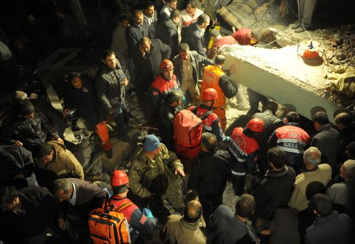 Turkish men and rescue workers take part in an operation to salvage people from a collapsed building after an earthquake in the Ercis province of Van, in eastern Turkey, on October 23, 2011. More than 1,000 people were likely to have been killed in an earthquake as powerful as the one that struck on 23 October in eastern Turkey, experts from the Kandilli Observatory and Earthquake Research Institute said at a press conference broadcast on Turkish TV. AFP PHOTO / MUSTAFA OZER