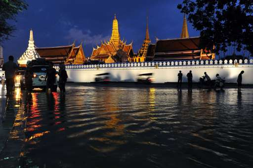 A general view of the Grand Palace surrounded by floodwaters in Bangkok on October 27, 2011. Thousands of Bangkok residents flocked to bus, rail and air terminals on October 27, while heavy traffic snaked out of the sprawling Thai capital in an exodus from a mass of approaching floodwater. AFP PHOTO/ TANG CHHIN SOTHY