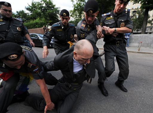 TOPSHOTS Russian riot polecemen detain a member of the Russian gay community, and gay rights activist during their unauthorized rally in centarl Moscow on May 27, 2012. AFP PHOTO / ANDREY SMIRNOV