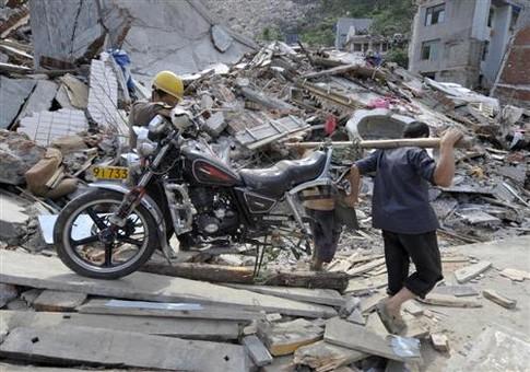 Китайцы спасают панд после землетрясения