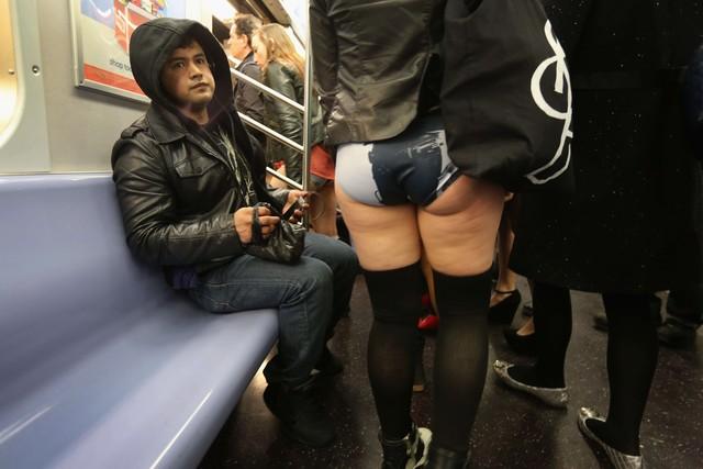 Снимают юбки в метро