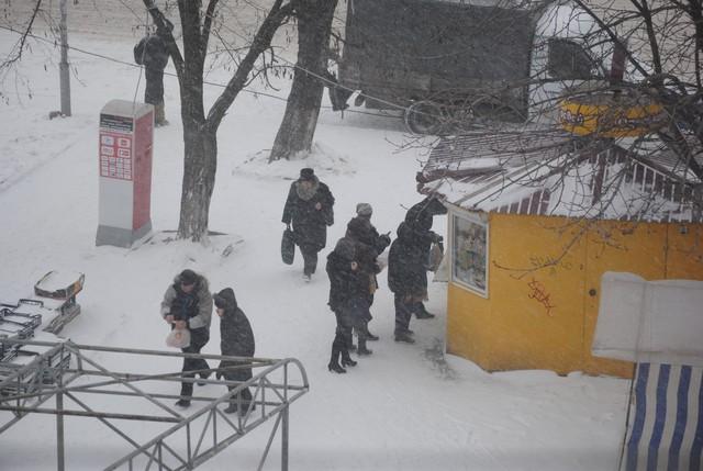 Одеса. Увесь день йде сильний сніг! Біля стадіону.