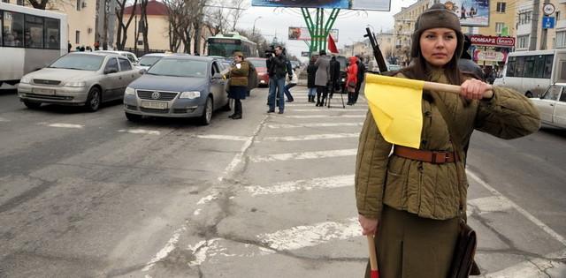 В центре Луганска молодежь в советской военной форме провела необычную