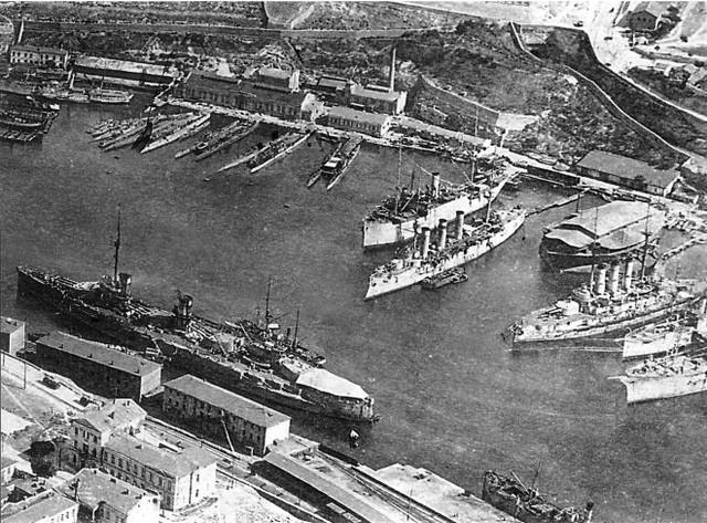 Немецкий снимок Севастополя 1918 года. Немцы взяли под контроль все, что осталось от Черноморского флота. Желто-синий флаг спустили и подняли свой кайзеровский