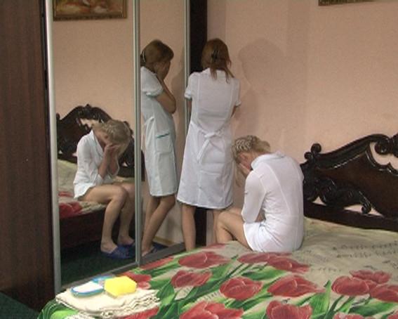 Проституток в белых халатах. Девушки работали в массажном салоне, о…