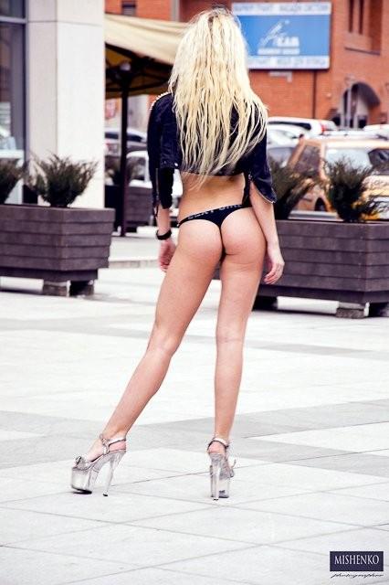 Девушки на улице в стрингах