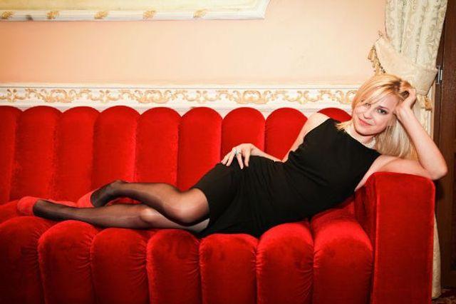 Блондинка на красном диване