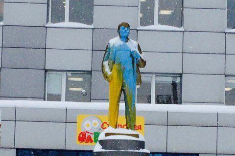 Неизвестные раскрасили памятник Ленину в цвета украинского флага