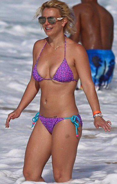Жена в микро купальнике на пляже
