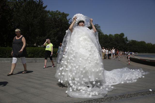 Обезьяны в свадебном платье