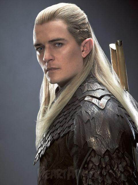 блондин с длинными волосами