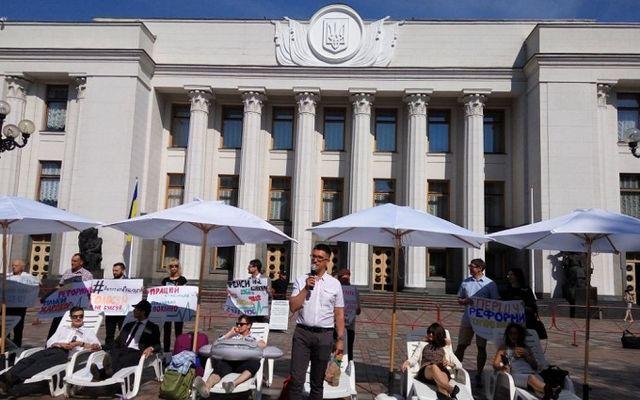 Активисты собрались под Радой итребуют отнардепов неуходить наканикулы