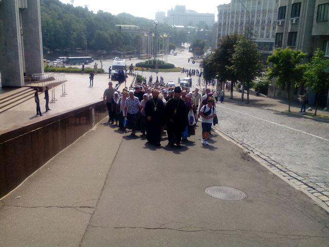 Вколонне крестного хода кЛавре идут около 9 тыс. человек— милиция