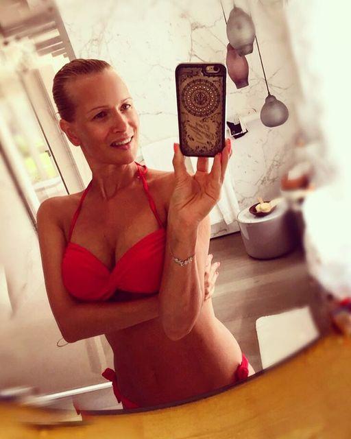 Олеся Судзиловская обнародовала фото вбикини ибез косметики