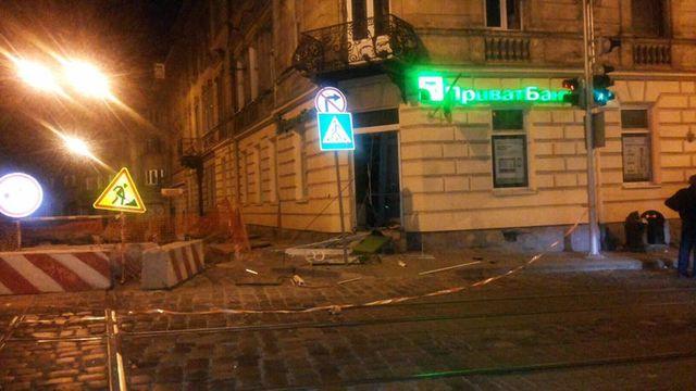 Зинкевич: ВоЛьвове двое вбалаклавах подорвали банкомат «Приватбанка»