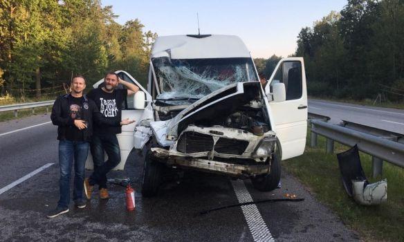 Автобус сгруппой ТНМК врезался вфуру