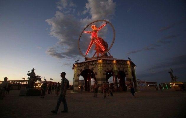 Картинки по запросу Огненные НЛО и авто-монстры: в пустыне начался фестиваль фантастических форм (фото)