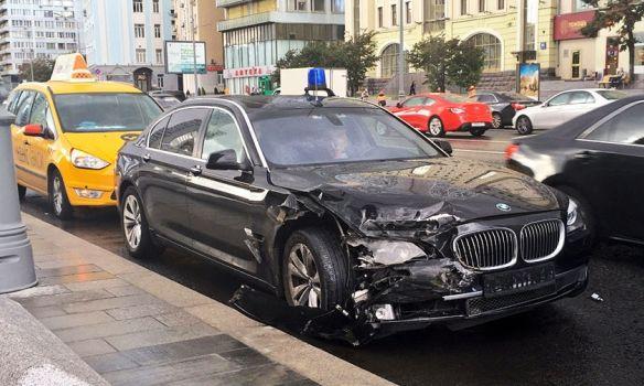 Автомобиль BMW сномерами АМР разбился вДТП наНовом Арбате
