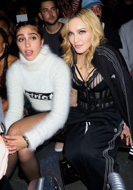 Звезды с детьми пришли на показ: Мадонна в корсете и ...