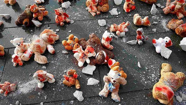 Активисты принесли кРейхстагу «окровавленных медвежат» перед встречей «нормандской четверки»