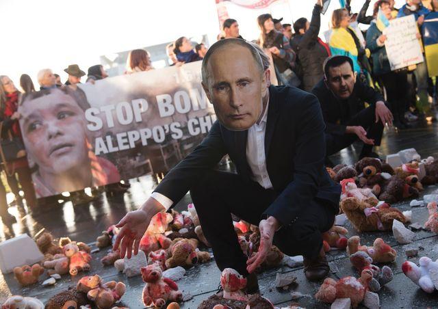 Владимира Путина вБерлине встречают сигрушками вкрови