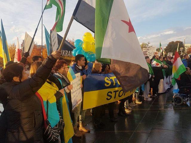 ВБерлине активисты принесли кРейхстагу сотни «окровавленных медвежат» для В. Путина