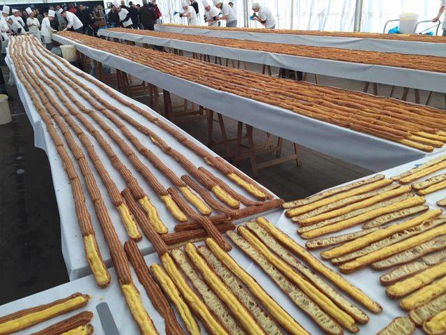 ВБельгии кондитеры изготовили эклер длиной 676 метров