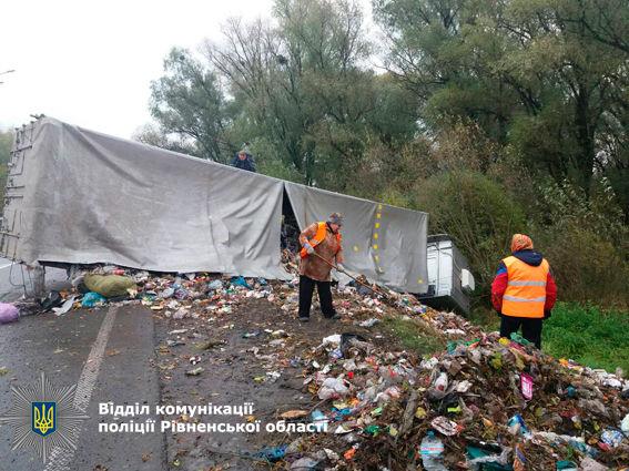 ВРовенской области перевернулась фура сольвовским мусором