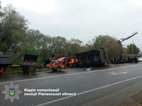 ВРовенской области перевернулся грузовой автомобиль смусором изЛьвова