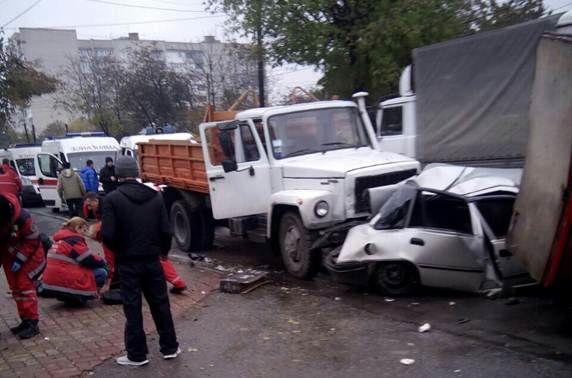 5 человек пострадали в итоге столкновения четырех машин вВиннице