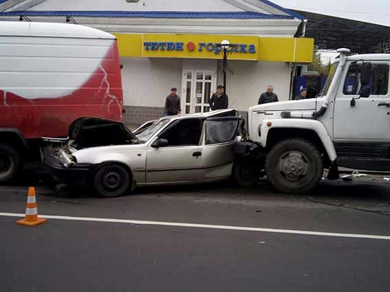 Фургон протаранил три машины вВиннице: появились фото