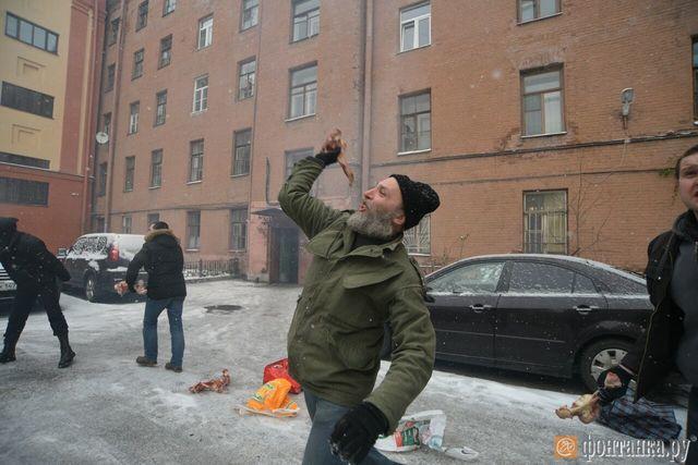 ВПетербурге окровавленными костями забросали Генконсульство Украины