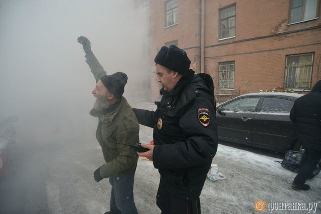 Другороссы забросали консульство Украины дымовыми шашками
