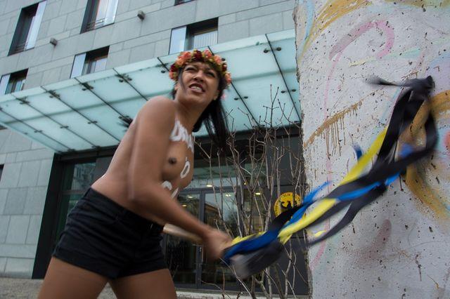 Активистка FEMEN устроила неудачную акцию вКиеве из-за «безвиза»