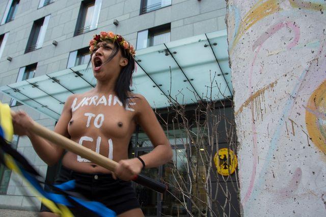 Femen попытались разбить фрагмент Берлинской стены вКиеве