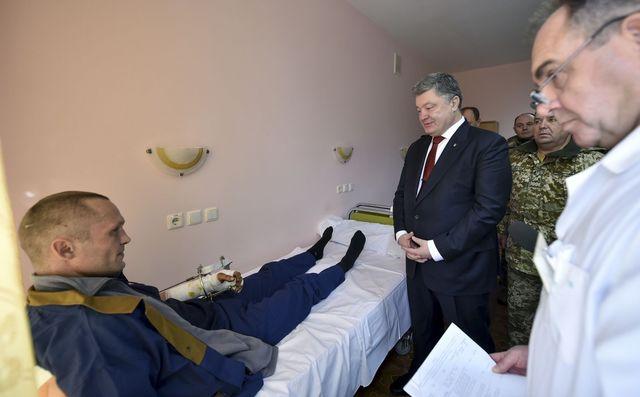 Порошенко побывал напередовой наДонетчине ипоздравил военных сДнем ВСУ