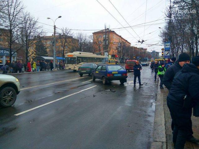ВМариуполе масштабное ДТП: столкнулось 5 авто, втом числе машина милиции