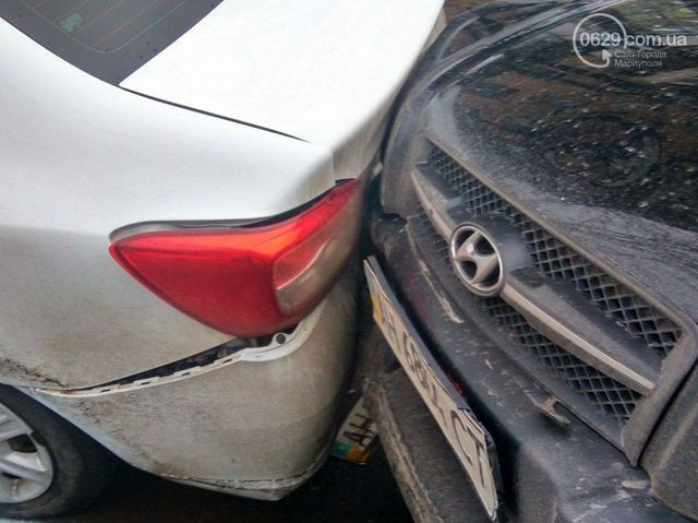 Масштабное ДТП вцентре Мариуполя: пострадали сразу 5 авто