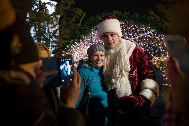 Мэр столицы Украины вкостюме Деда Мороза поздравил украинцев сНовым годом