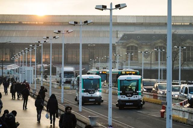 Первые беспилотные автобусы выехали наулицы Парижа