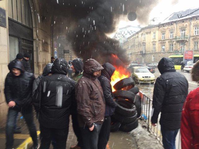 Вцентре Львова протестующие зажгли шины