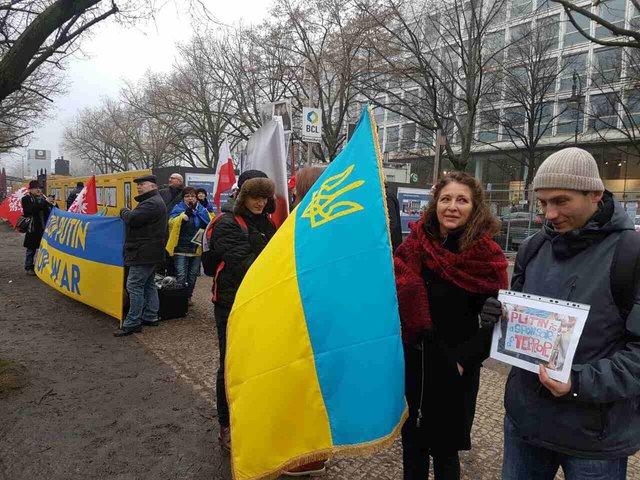 ВБерлине активисты призвали В. Путина убраться из-под Авдеевки