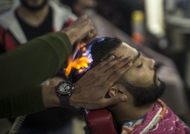 Рамадан, поджигай: палестинский парикмахер конкретно жжет клиентов
