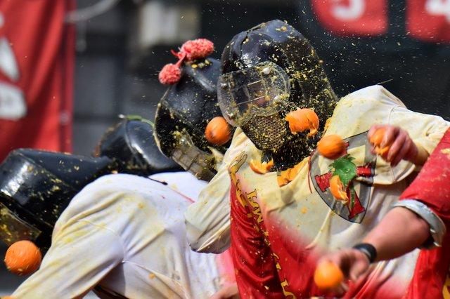 Цитрусовые бои устроили тысячи итальянцев впроцессе праздничного фестиваля