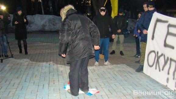 Радикалы сожгли русский флаг вВиннице