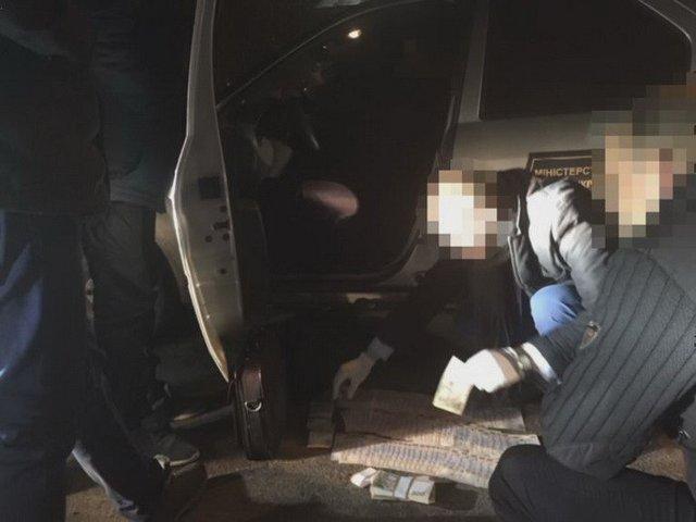 ВДнепре 2-х чиновников задержали навзятке практически в1 млн грн