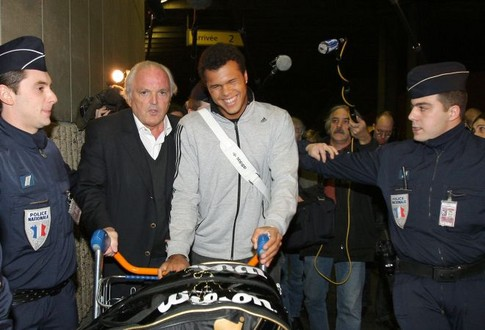French tennis player Jo-Wilfried Tsonga (C), flanked by French Tennis Federation President Christian Bimes (L), arrives 29 january 2008 at Paris Roissy airport, two days after his final in the Australian Open against Novak Djokovic of Serbia, in Melbourne. The unseeded Frenchman went down in four sets but his ranking will climb to 18 from 38 courtesy of his giantkilling run in Melbourne where he claimed four seeded scalps.     AFP PHOTO PATRICK KOVARIK