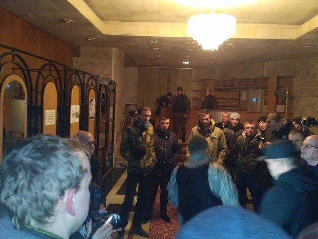 Активисты захватили Волынскую ОГА, требуя, чтобы губернатор поддержал блокаду Донбасса