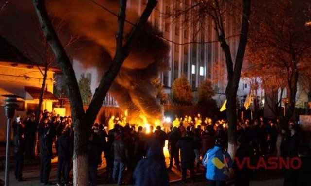 Под стенами СБУ вВиннице зажгли шины стребованием отпустить участников блокады